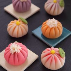 Japanese wagashi (和菓子 wa-gashi) are traditional Japanese confectionary sweets. Wagashi is often served with tea and is often made of mochi, anko (azuki bean paste), and fruits. Japanese Sweets, Japanese Wagashi, Japanese Food Art, Japanese Cake, Japanese Dishes, Wagashi Japonais, Desserts Japonais, Asian Desserts, Cute Food