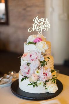 Stunning styling in this entire wedding from @ashmarielafleur Gold #brideandgroom name cake topper with gorgeous #floral display. Photo: @cristinagphoto