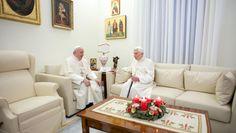 Papa Francisco visita a su predecesor Benedicto XVI por Navidad - http://www.notimundo.com.mx/mundo/papa-francisco-visita-benedicto-xvi/