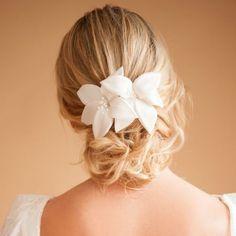 Pente para Cabelo de Noivas Heloísa | Arranjo de Cabelo para Noiva  | Headpiece para noivas com flores, para casamentos no campo, casamentos rústicos, casamentos na cidade, casamento na praia. Acessório de cabelo para noivas complementarem o vestido de noiva e penteado de cabelo para noivas. O acessório de cabelo para noivas também é uma inspiração para casamentos únicos e pode ser personalizada para diferentes estilos de noivas. Como noivas boho, noivas vintage, noivas contemporâneas…
