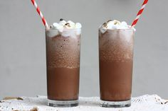 Frozen Hot Chocolate: Inspired by Serendipity& famed recipe, A Cozy Kitchen whipped up a sinfully delicious frozen hot chocolate. Just imagine the world& greatest milkshake! Source: A Cozy Kitchen Best Chocolate Desserts, Frozen Hot Chocolate, Chocolate Mix, Chocolate Smoothies, Chocolate Shakeology, Chocolate Chips, Delicious Chocolate, White Chocolate, Chocolate Treats
