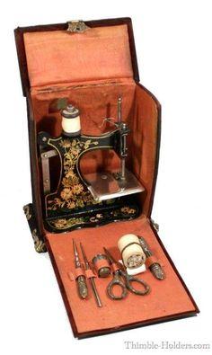 Set de couture en argent avec une petite machine à coudre à la main, ornée de fleurs, dans un coffret recouvert de soie. France, fin du 19 ème siècle.