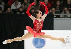 女子フリーで演技する、優勝したアリーナ・ザギトワ(23日、サンクトペテルブルク)=タス共同