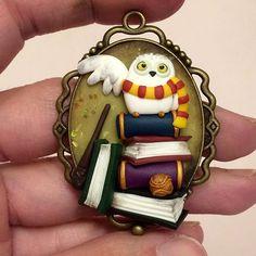 Ultima anteprima ^.^ ❤️ l'unica cosa che ci sarà di Hp! Edvige ispirata ad un disegno di una cover per cellulare...che avevo comprato ma mai ricevuto xD perciò mi sono sfogata così :3 #icapriccidicolombina #fanart #harrypotter #potterhead #edvige #hogwarts #books #magic #fimo #polymerclay #handmade