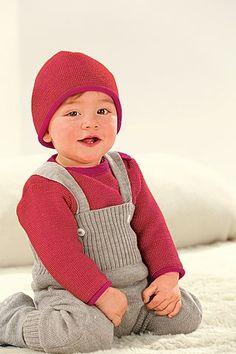 Strick-Trägerhose! Feiner Merino-Strick wärmt den kleinen Körper vom Bein bis zur Brust. Solange das Kind liegt, kann man die Träger mit Steinnuss-Knopf entfernen.