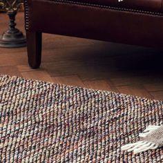 Unser wendbarer Teppich Odis wird von unseren Partnern in Indien handgewebt. Jeder Teppich ist ein Einzelstück mit natürlichen, kleinen Erhebungen in der angenehm glatten Oberfläche. Das Knotendesign gibt Odis ein robustes Aussehen, die ruhige Gestaltung sorgt dafür, dass er in Ihrem Zuhause in jedem Zimmer gut aussieht.   Kombiniert mit einer rutschfesten Unterlage bleibt der Teppich an Ort und Stelle.
