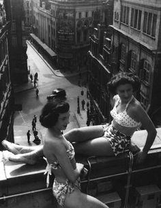 Piccadilly rooftop, London, 1953 photo by Bert Hardy (vintage Robert Doisneau, Les Suffragettes, Vintage Beauty, Vintage Fashion, Morgana Le Fay, Photo Vintage, Old London, Bathing Beauties, Mode Vintage