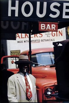 Saul Leiter, New York. A face is very rare in a Leiter image -- and interestingly, as here, even when there is a face it is obscured or in shadow or seen from a great distance. Robert Doisneau, Saul Leiter, Diane Arbus, William Eggleston, Pittsburgh, Vivian Maier, Stephen Shore, Viviane Sassen, Street Photography
