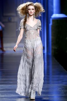 6. Deisnger work inspired by 1910 silouhette: Long flowing skirt as seen on the Dior runway. Loose fitting like the Edwardian Era.