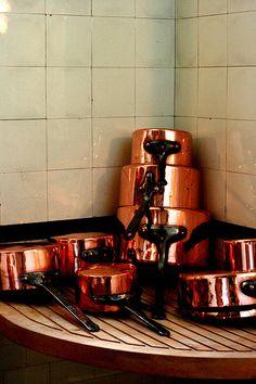 Be still my beating heart! Copper Pots, Copper Kitchen, Studio Kitchen, Kitchen Design, Copper Interior, Kitchen Items, Kitchen Stuff, Kitchen Equipment, Kitchenware