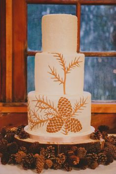 Pine cone wedding cake. Ok, so not really flowers, but how Colorado is this?!