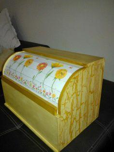 Panera en decoupage y craquelado!!! Bread Boxes, Decoupage Art, Toy Chest, Storage Chest, Decorative Boxes, Toys, Furniture, Vintage, Home Decor