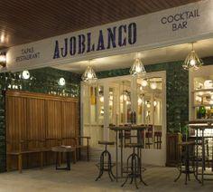 Entrada y terraza del #restaurante Ajoblanco tapas&cocktails en Barcelona, con #azulejos de volúmenes y formas geométricas verde esmeralda de Art antic. #interiorismo #artesanía #cerámica