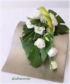 feuilles d'aralia et de phormium Floral Design, Art Floral, Ikebana, Flower Decorations, Flower Arrangements, Plant Leaves, Design Inspiration, Hana, Flowers