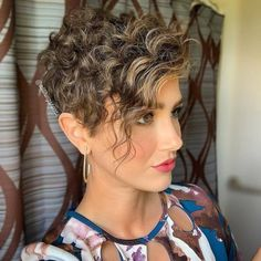 A cute curly pixie cut with bangs Short Curly Pixie, Curly Pixie Hairstyles, Haircuts For Curly Hair, Haircuts With Bangs, Curly Bob, Model Hairstyles, Wedding Hairstyles, Medium Hairstyles, Celebrity Hairstyles
