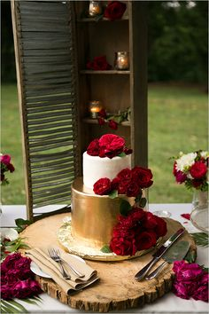 gold white and red wedding cake @weddingchicks