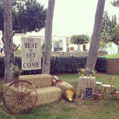 Quieres sentarte en nuestro silloncito campestre? Solo apto para personas muy sonrientes.  #photocall & #polaroidmoments de la #bodaolgayhector #wedding #weddingplanners #boda #bodasvalencia #bodas #bodasromeosyjulietas2015