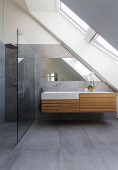 Badeværelse med store betonfliser på væg og gulv