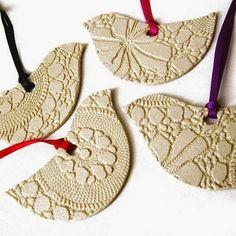 A cerâmica rendada é uma das modalidades apresentada pelas novas ceramistas, uma técnica fácil e diferente.           Remetendo á u...