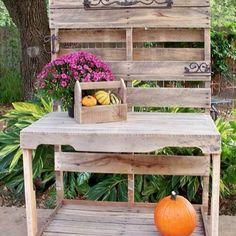 Pallets Shelves Wooden Pallet Potting Bench - Most of the people believe that gardens do not need a lot of decoration and furniture, but this not a right belief. Pallet Potting Bench, Pallet Crates, Pallet Beds, Pallet Shelves, Pallet Chair, Pallet Art, Wooden Pallet Crafts, Diy Pallet Projects, Wooden Pallets
