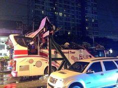 Een dubbeldeksbus is dinsdagavond in Bangkok tegen een metalen bovenbalk gebotst. De chauffeur zag het object over het hoofd. Hierdoor raakten twaalf Duitse toeristen gewond in Bangkok.