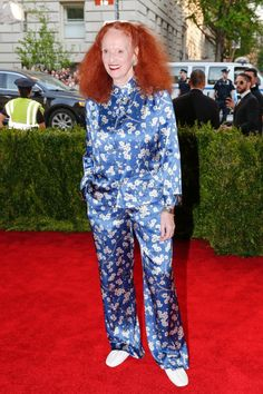 Vogue's Grace Coddington wears custom-designed Mandarin evening pajamas by Michael Kors, featuring pink, orange and cream blossoms Hollywood Party, Hollywood Fashion, Grace Coddington, Pajamas All Day, The Hollywood Reporter, Red Carpet Looks, Red Carpet Fashion, Pajama Set, Fashion News