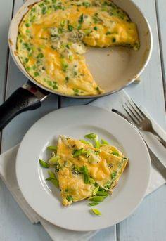 Omlet wiosenny zółto-zielony z serem pleśniowym Veggie Recipes, Appetizer Recipes, Snack Recipes, Cooking Recipes, Western Food, Breakfast Snacks, Appetisers, World Recipes, Clean Eating