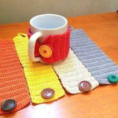 Crochet Coffee Cozy, Crochet Cozy, Love Crochet, Crochet Gifts, Crochet Hooks, Pilou Pilou, Crochet Jar Covers, Diy Christmas Gifts For Friends, Crochet Wallet