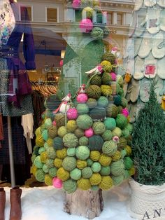 What a neat idea! Use yarn balls to make a stunning front entrance tree!