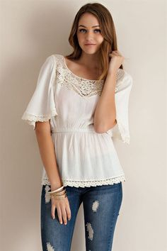 Blusa blanca y beige manga corta remates crochet