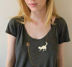 Chat jouant collier, bijoux amoureux des animaux, collier de déclaration - chat blanc (Ivoire) jouant avec de la laine, pendentif en acrylique silhouette d