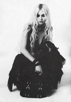 But how gorgeous is Taylor Momsen tho Taylor Momsen Style, Taylor Michel Momsen, Pretty Reckless, Taylor Momson, Jenny Humphrey, Photoshoot Inspiration, Photoshoot Ideas, Woman Crush, South Beach