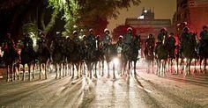 Cavalaria faz barreira para evitar que manifestantes alcancem a Prefeitura do Rio de Janeiro. 20/06/2013.