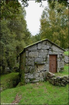 Stone Cabin, Stone Cottages, Country Cottages, Old Stone Houses, Medieval Houses, Stone Masonry, Dry Stone, House On The Rock, Natural Building
