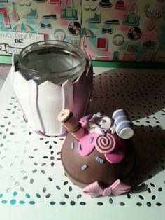 """Tarro de cristal forrado a mano en goma eva, con forma de cup cake, con detalles en forma de dulces y golosinas. De """"Las cosicas de piruleta"""""""