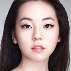 6 K-pop Inspired Korean Style Eyeliners Tutorial | MADOKEKI makeup reviews, tutorials, and beauty #EyelinerTutorial #KoreanMakeupProducts #EyeMakeupColourful #EyeMakeupBold #LipGlossClear #EyelinerWaterline Monolid Eyes, Monolid Makeup, Makeup Eyeshadow, Eyeliner Waterline, Sparkly Eyeshadow, Yellow Eyeshadow, Korean Makeup Tips, Korean Makeup Look, Eyeliner Tutorial