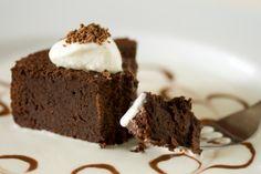 Deliciosa receta de pastel de chocolate con nueces molidas preparado todo en la licuadora! Prepara este delicioso pastel de chocolate vienés.