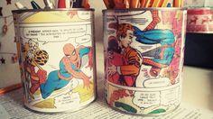 Coller des pages de BD sur des boites de conserves, café, capuccino pour en faire de super pots à crayons
