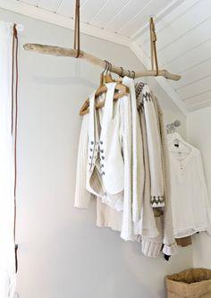 Tee vahvasta oksasta vaatetanko. DIY a coat rack out of strong branch. | Meillä kotona / Unelmien Talo&Koti Kuva: Satu Nyström Toimittaja: Anette Nässling
