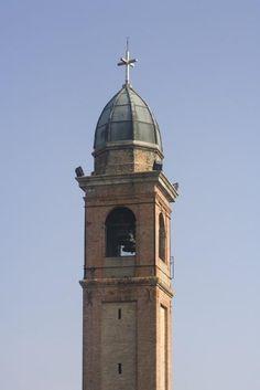 Campanile della chiesa dello Spirito Santo a Pertegada (UD). Risale al XX secolo la torre è isolata rispetto alla chiesa. [SIRPAC - Scheda A 8243]