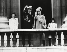 Take a visual tour of the endearing father-daughter relationship between a young Queen Elizabeth and her father, King George VI. Young Queen Elizabeth, Lady Elizabeth, Princess Elizabeth, Princess Margaret, English Royal Family, British Royal Families, Queen Mother, Queen Mary, Father Daughter Relationship