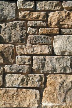 Steenstrips Bergamo Geopietra. Geschikt voor binnen en buiten. Muurbekleding met de sfeer van vlakke rechte brokken natuursteen voor tuin of open haard. Een bijzondere handgemaakte Steen.