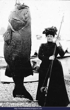 "- J'ai ""épousé"" mon premier mari milliardaire après m'être entrainée à la pêche au gros! ...fisherwoman. I cannot believe this image. Wasn't she worried about her dress and hat? And that fish, oh my, what a massive fish. Just Amazing."