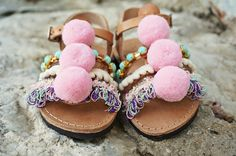 Carousel Pom Pom Sandals Gladiators Sandals for Kids and Baby girls in natural leather color. Handmade strappy leather sandals adorned with pink and