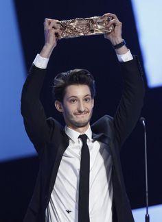 « Wahou... » C'est un Pierre Niney un peu sonné qui est monté sur la scène du Théâtre du Châtelet vendredi soir, pour recevoir le césar du meilleur acteur. http://www.elle.fr/Loisirs/Cinema/News/Cesar-2015-l-emouvant-discours-de-Pierre-Niney-sacre-meilleur-acteur-2899326