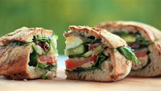 Pain Bagnat opskrift - god til madpakken Pan Bagnat, Bread N Butter, Salmon Burgers, Picnic, Dessert, Ethnic Recipes, Tv, Website, Salmon Patties