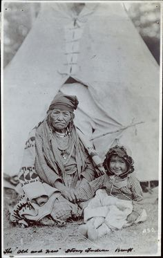 Assiniboine (Stoney) woman and her granddaughter near Banff, Alberta - 1919 Canadian Pacific Railway, Canadian Rockies, Native American Indians, Native Americans, Old Photos, Vintage Photos, Fur Trade, Canadian History, History Books
