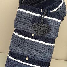 Chique demais! Feito por @mimopontilhado . #Repost @mimopontilhado (@get_repost) ・・・ ➰E os quatro cestos jeans que vão decorar e organizar os nichos de um quarto, ficaram prontos. Gostaram? Esses medem 30x30 e altura 16cm. 90,00 cada #fiodemalha #croche #artesanato #feitoamão #valorizequemfaz #feitocomamor #trapilho #trapillo #knit #handmade #love #photooftheday #instalove #brazil #crafts #mimopontilhado