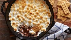 Peanut Butter Cup S'mores Dip Make s'mores in any weather! This version is made in a skillet in the oven with peanut butter cups and miniature marshmallows. Dessert Dips, Köstliche Desserts, Delicious Desserts, Summer Desserts, Awesome Desserts, Yummy Food, Dip Recipes, Snack Recipes, Dessert Recipes