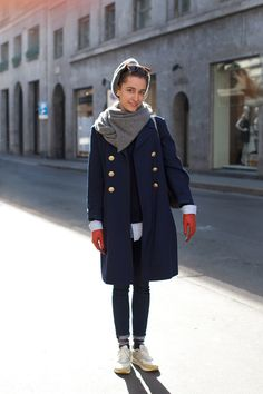 Navy coat, grey scarf, red gloves - love it. As seen on The Sartorialist. Orange Gloves, Red Gloves, The Sartorialist, Navy Coat, Vogue, Look Chic, Swagg, Her Style, Pretty Outfits